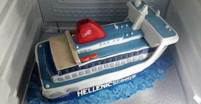Με μια τούρτα «ΝΗΣΟΣ ΣΑΜΟΣ» μια όμορφη έκπληξη στον Πλοίαρχο του πλοίου, Αρχιπέλαγος, Ναυτιλιακή πύλη ενημέρωσης