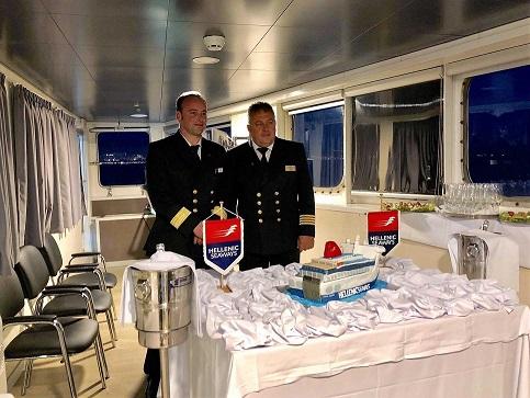 Με μια τούρτα «ΝΗΣΟΣ ΣΑΜΟΣ» μια όμορφη έκπληξη στον Πλοίαρχο του πλοίου 1, Αρχιπέλαγος, Ναυτιλιακή πύλη ενημέρωσης