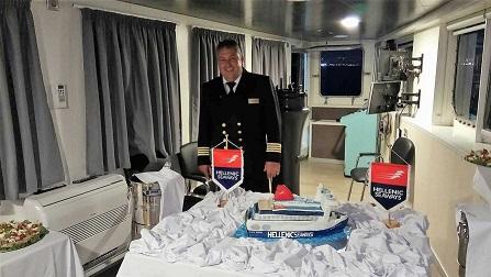 Με μια τούρτα «ΝΗΣΟΣ ΣΑΜΟΣ» μια όμορφη έκπληξη στον Πλοίαρχο του πλοίου 3, Αρχιπέλαγος, Ναυτιλιακή πύλη ενημέρωσης