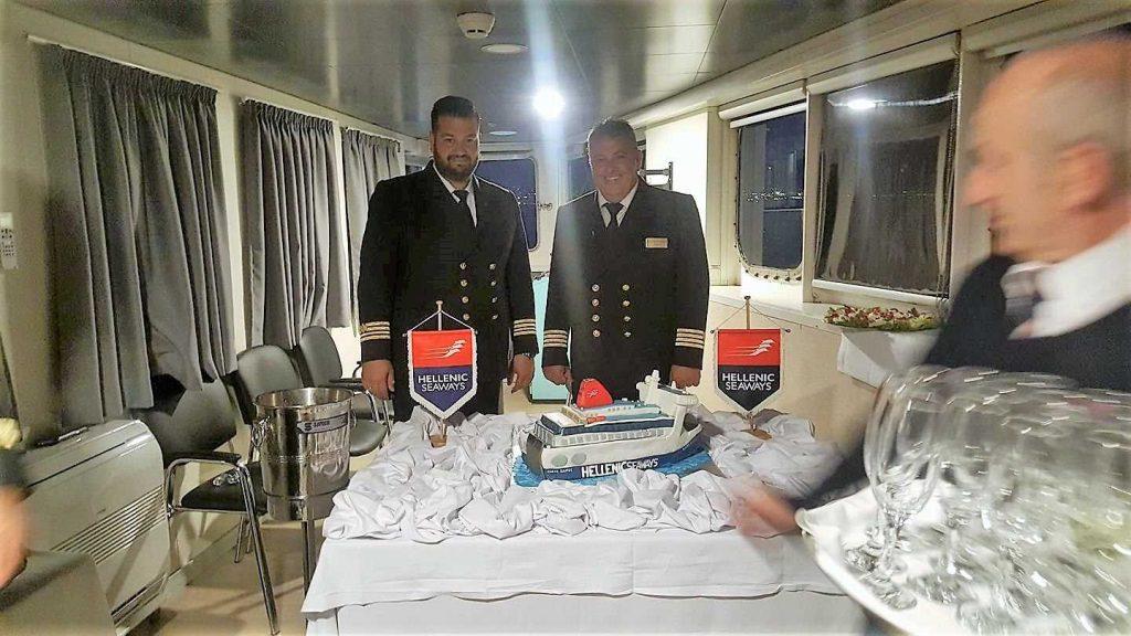 Με μια τούρτα «ΝΗΣΟΣ ΣΑΜΟΣ» μια όμορφη έκπληξη στον Πλοίαρχο του πλοίου 4, Αρχιπέλαγος, Ναυτιλιακή πύλη ενημέρωσης